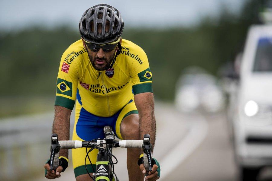 Com uniforme amarelo, Mixirica pedala em uma etapa do Trans-Siberian