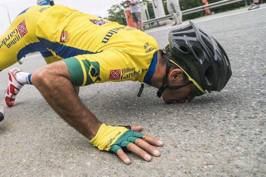 De capacete, Mixirica beija o chão em agradecimento à Rússia