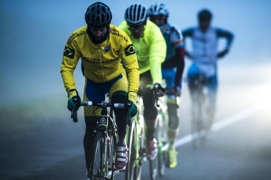 Bem agasalhado, Mixirica tanta se proteger do frio enquanto é perseguido por outros três ciclistas