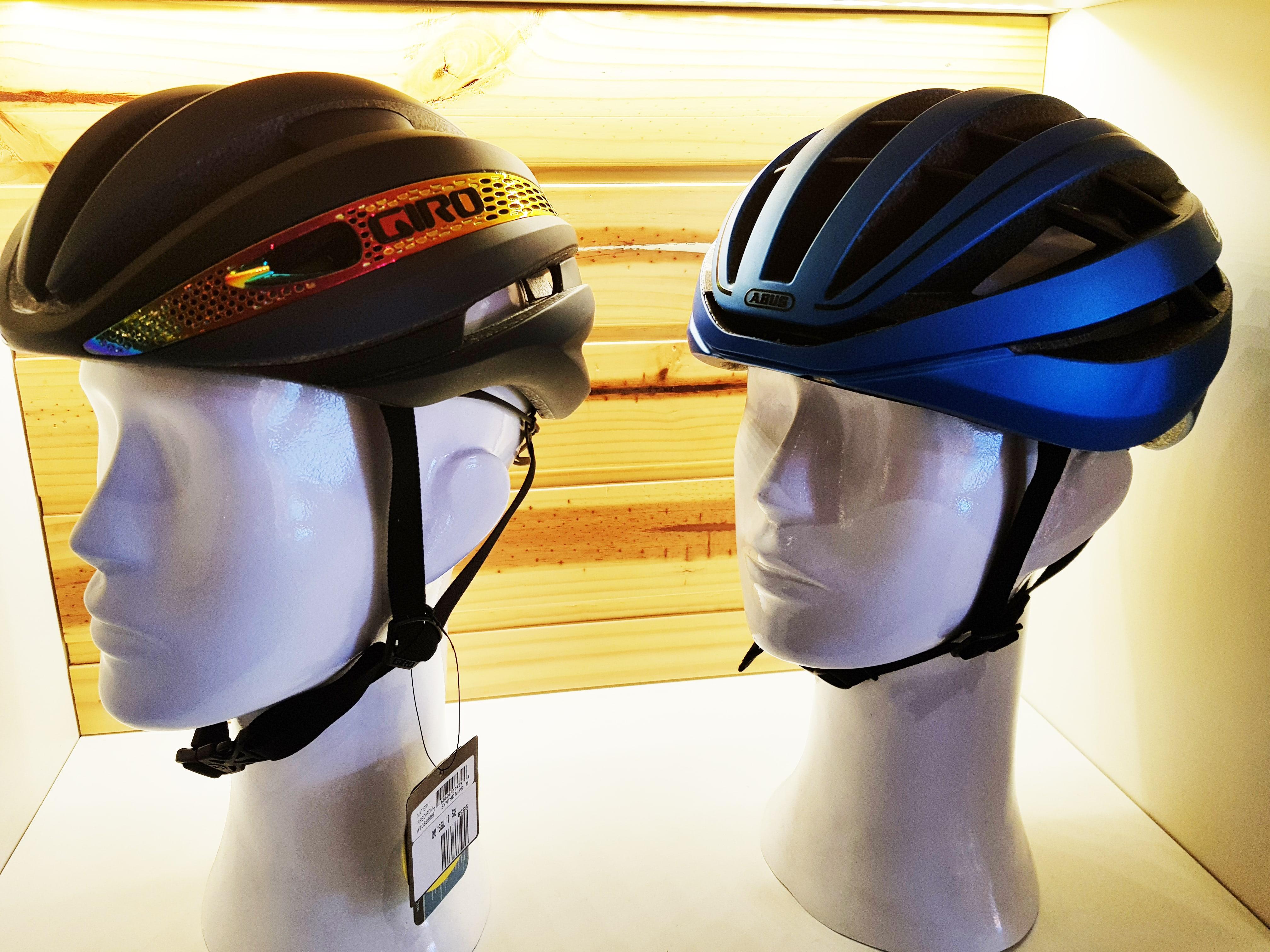 Capacetes expostos na loja da Bicicletaria Faria Lima