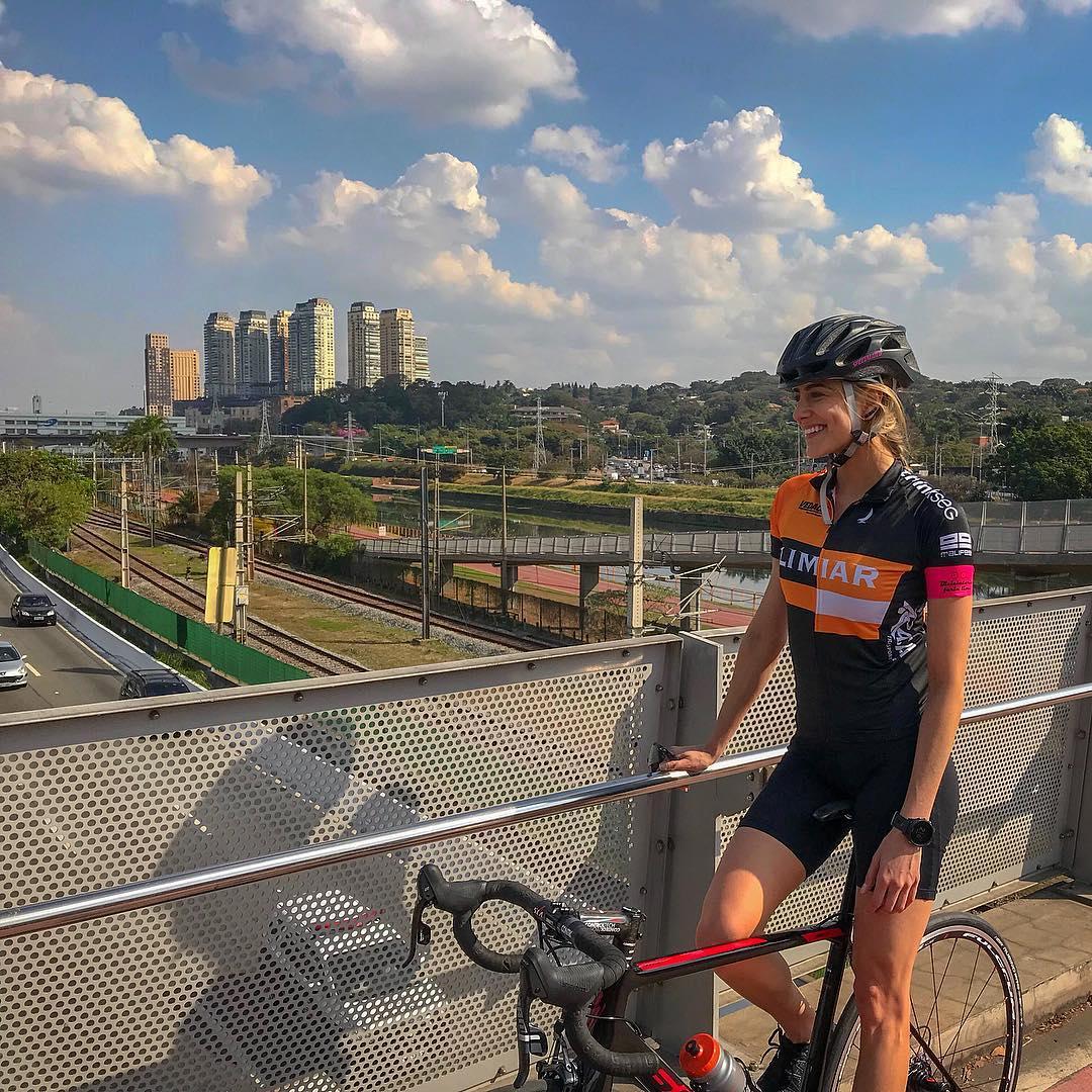 Gisela Saback com uma bicicleta da Soul em um viaduto de São Paulo