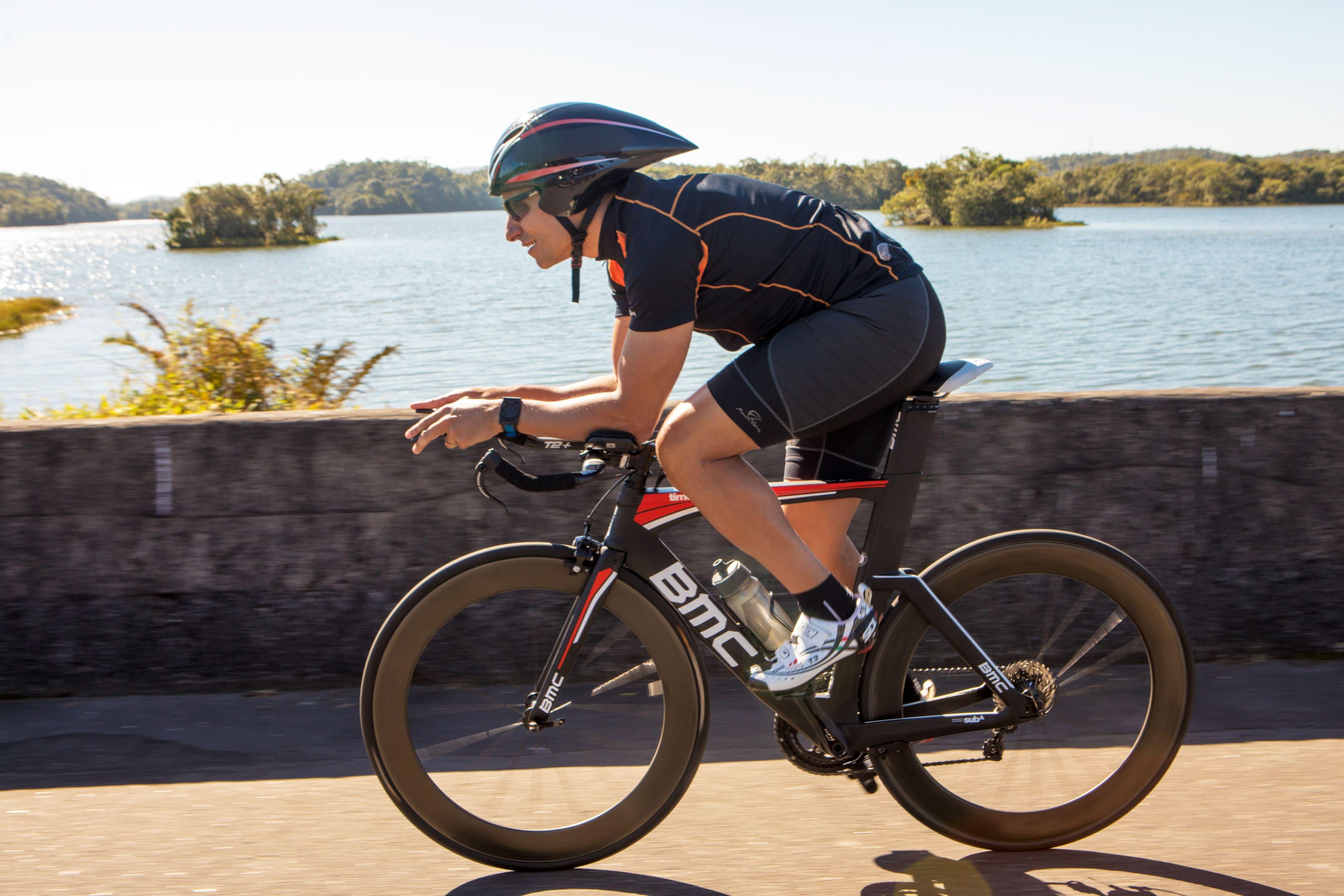 Modalidades de ciclismo  Ciclista de triatlo pedala em uma estrada com uma  bicicleta da BMC 3315f45f75