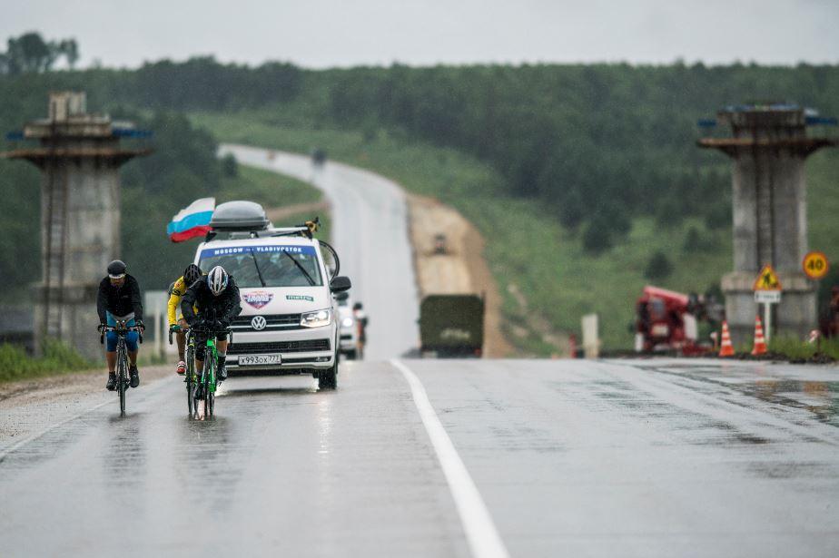 Pedalar no frio: três ciclistas enfrentam o clima gelado durante o Trans-Siberian