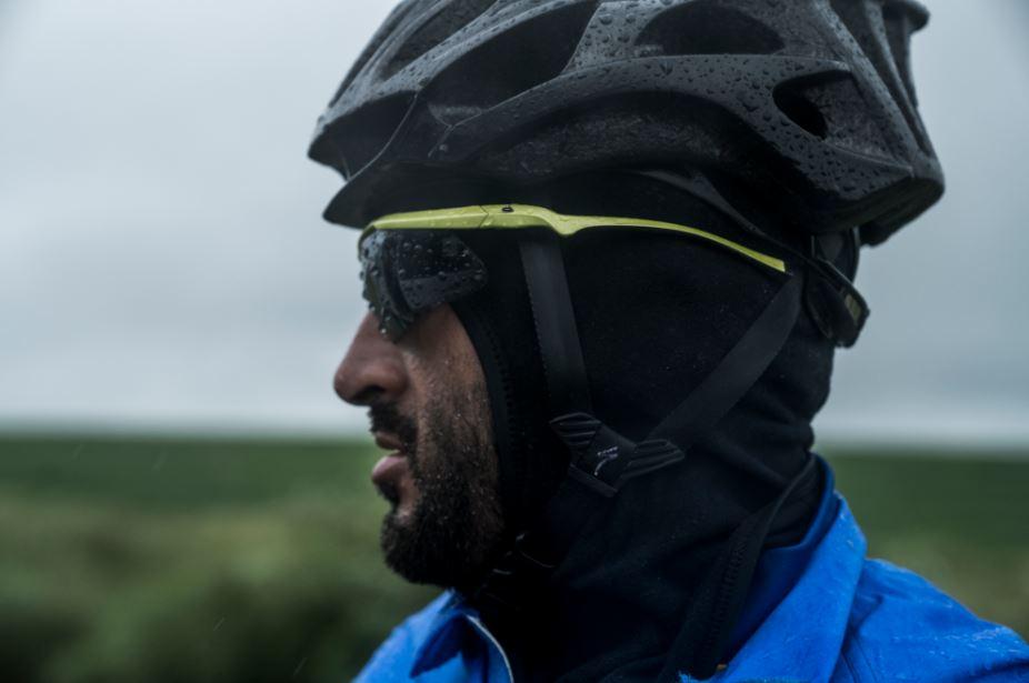 O ciclista Mixirica com óculos, balaclava e capacete para pedalar no frio