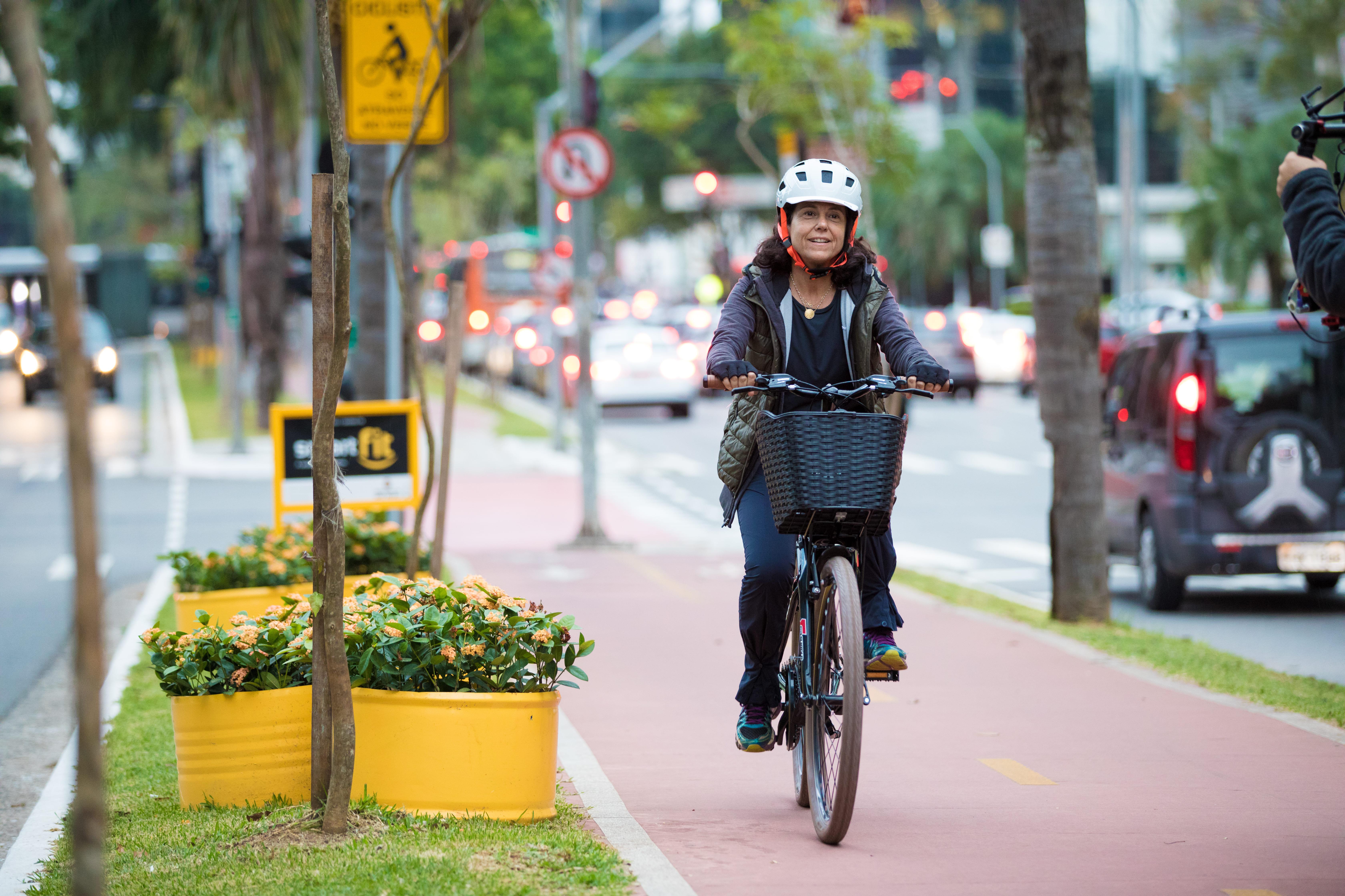Modalidades de ciclismo: Ciclista pedala por uma ciclovia em São Paulo