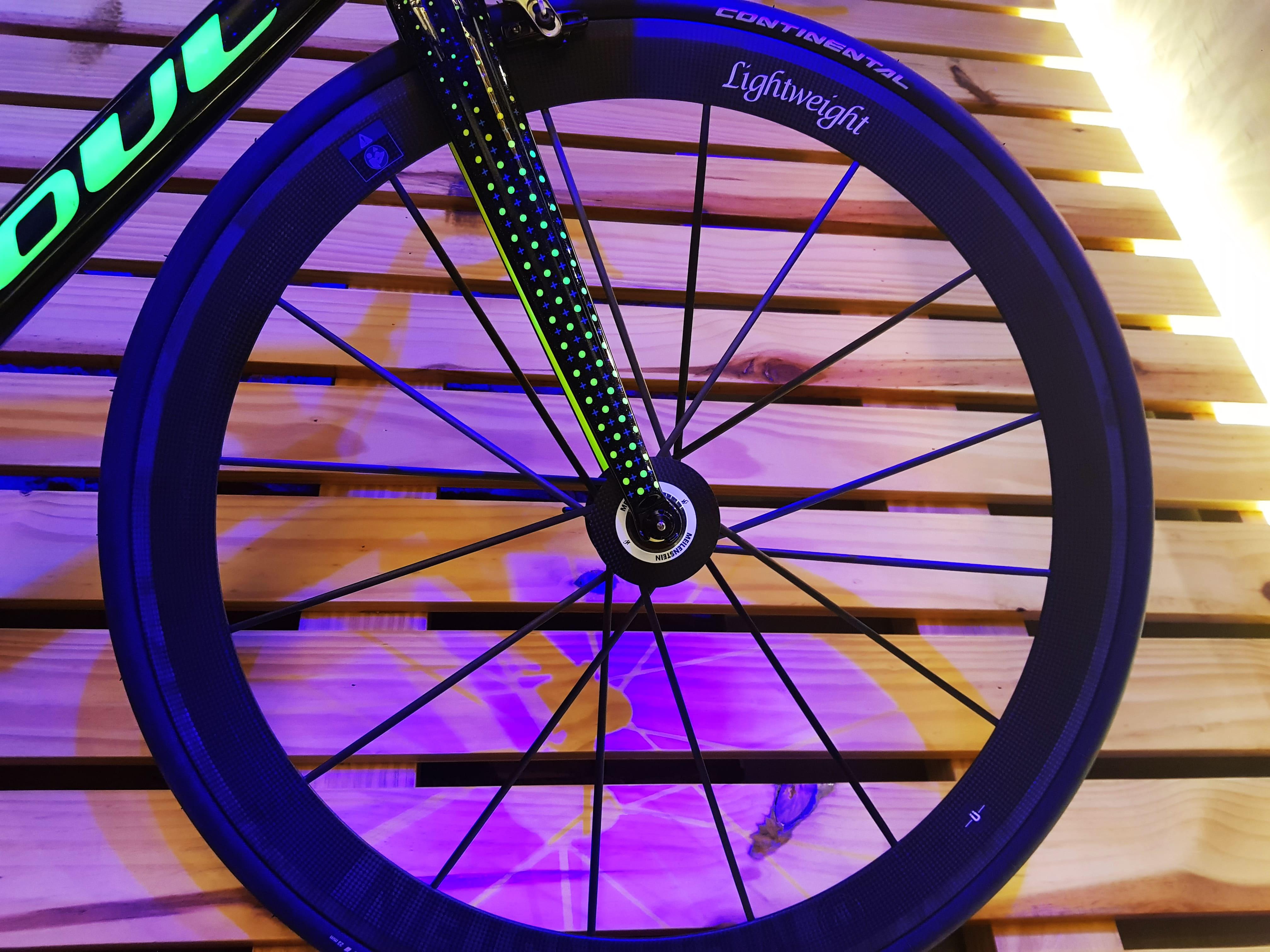 Bicicleta pendurada na parede com destaque para as rodas Lightweight