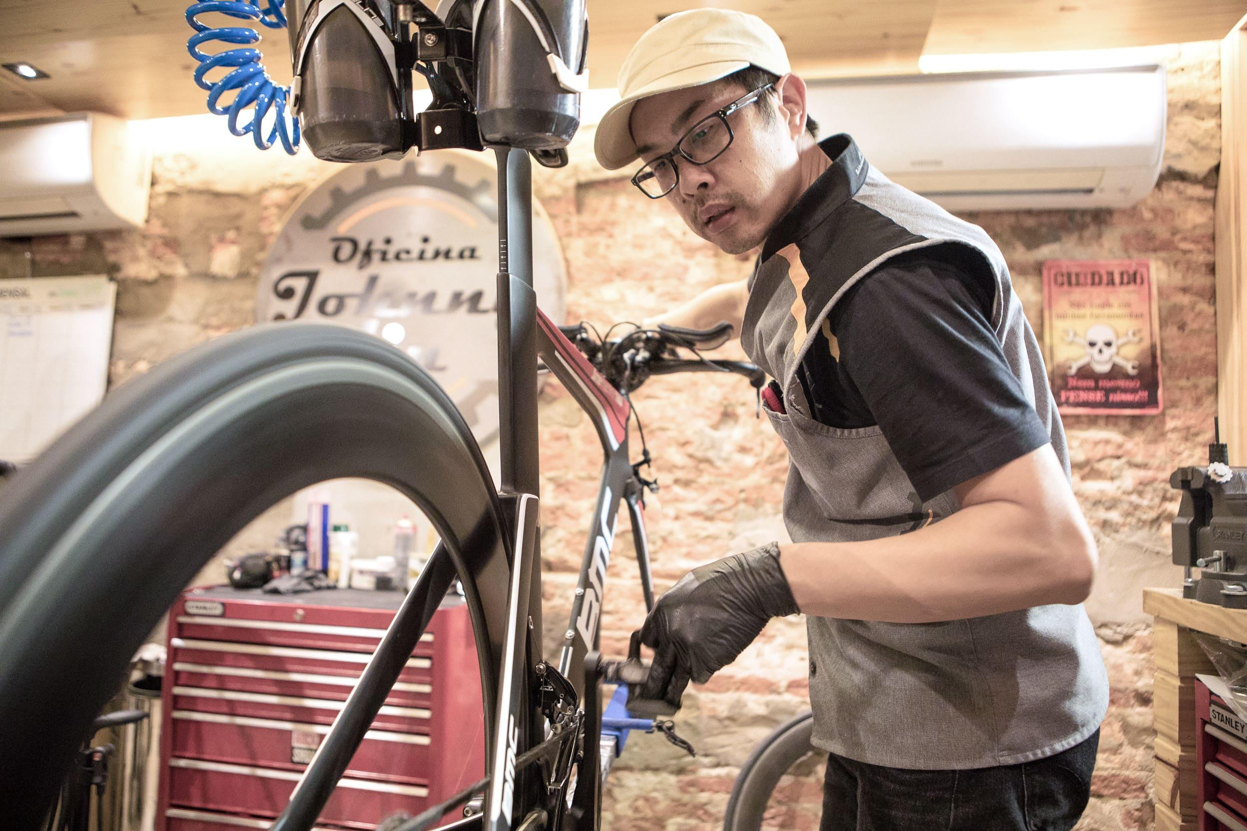 Johnny Lin em sua oficina na Bicicletaria Faria Lima testa rolamento de cerâmica em uma bicicleta