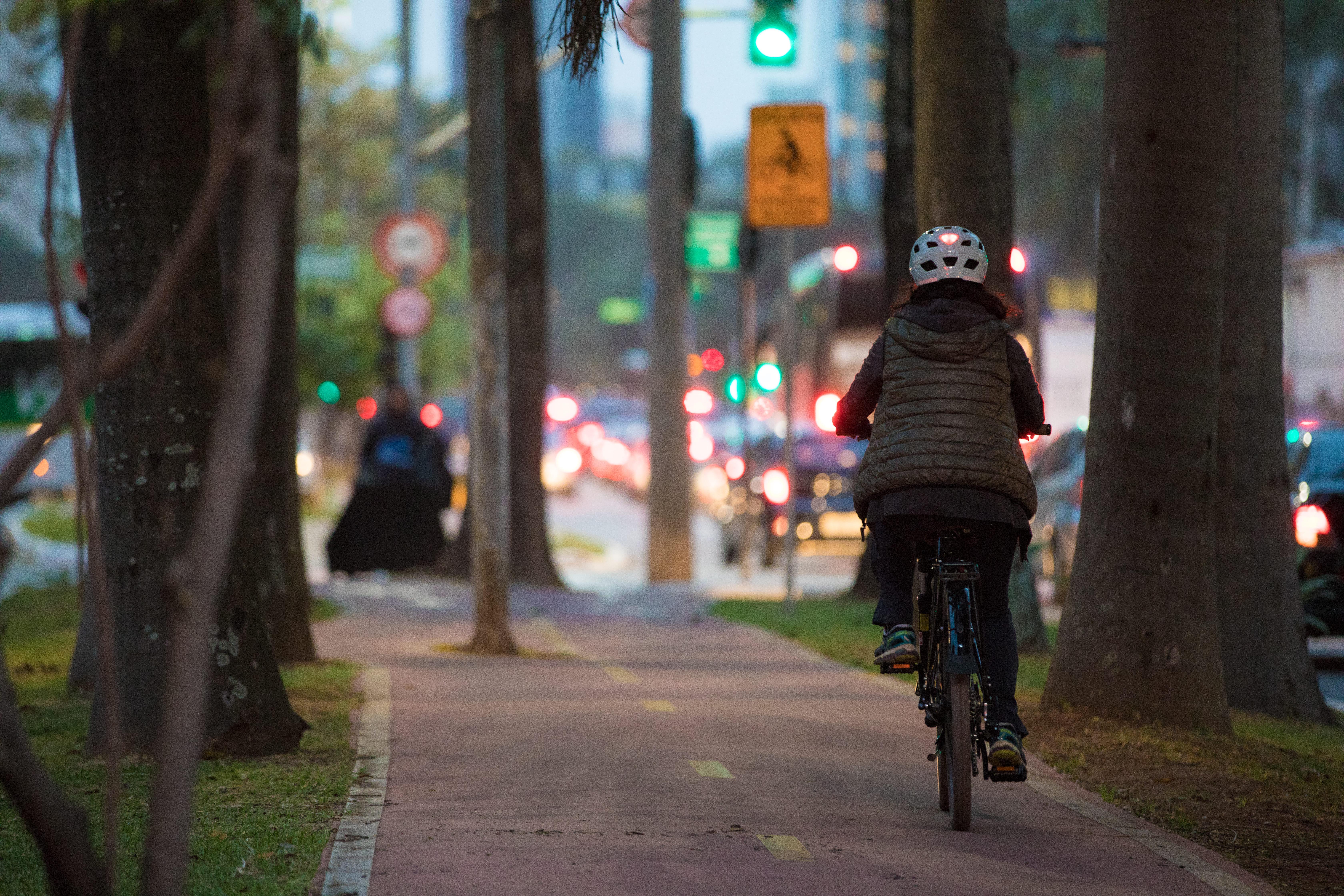 Ciclista com seguro para bicicleta pedala pela ciclovia da Av. Brg. Faria Lima, em São Paulo