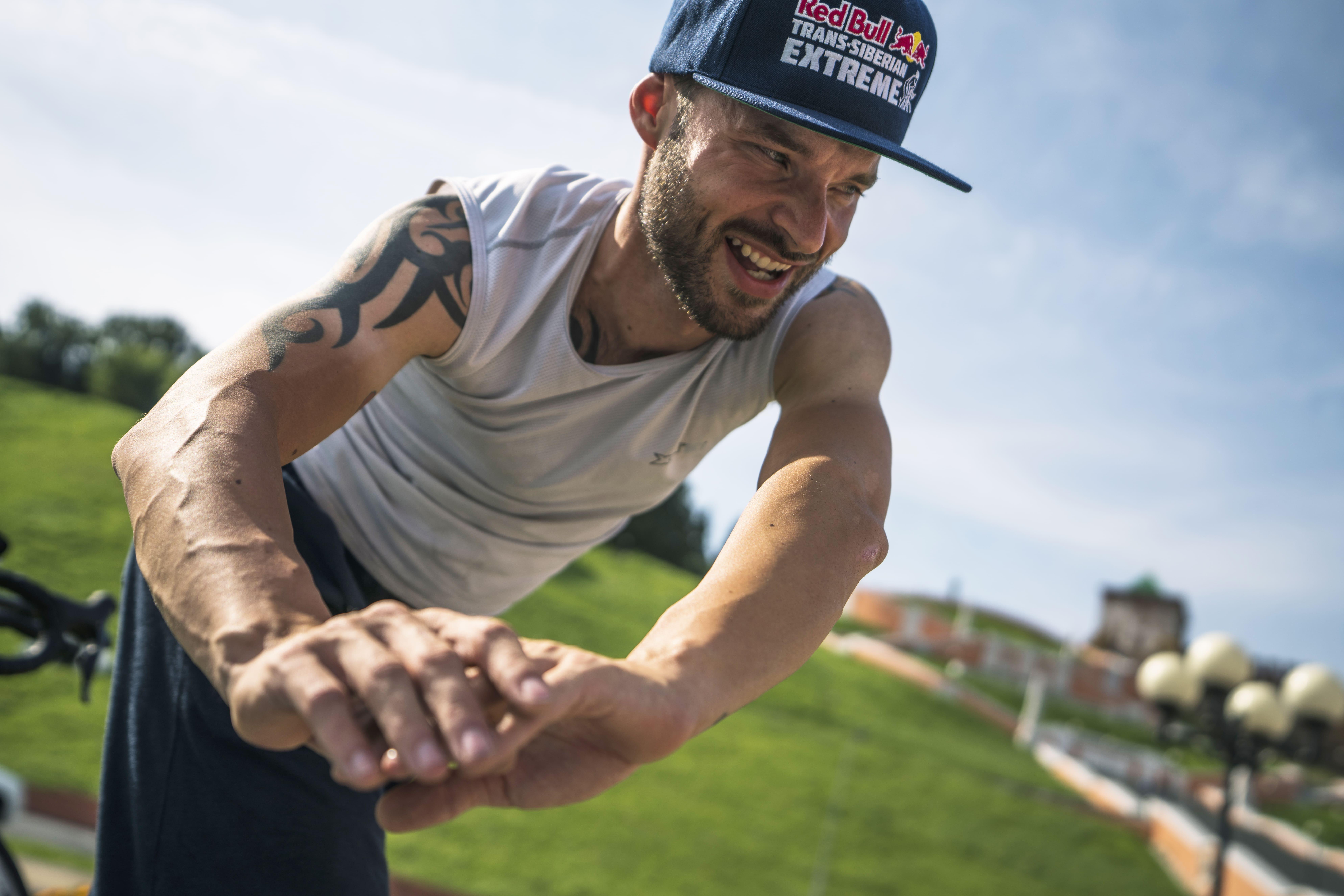 Recuperação no ciclismo: o dinamarquês Michael Knudsen faz alongamento durante uma etapa do Trans-Siberian