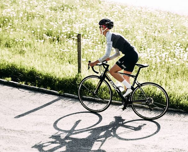 Pedalar em subida: ciclista encara uma subida sob o sol